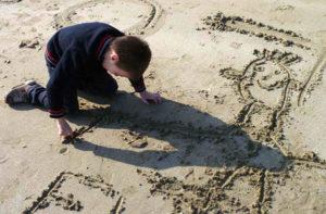 Dessin enfant sur le sable